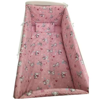 Lenjerie de pat bebelusi cu aparatori laterale pufoase Deseda Pisicuțe roz
